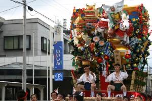 動く飾り山(台上がり左:麻生太郎代議士)